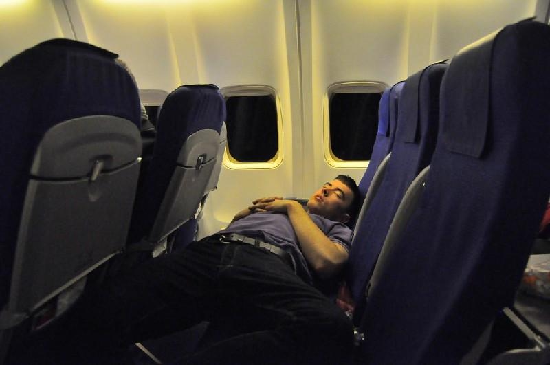 11 Hal yang Seharusnya Tidak Anda Lakukan di Pesawat Terbang