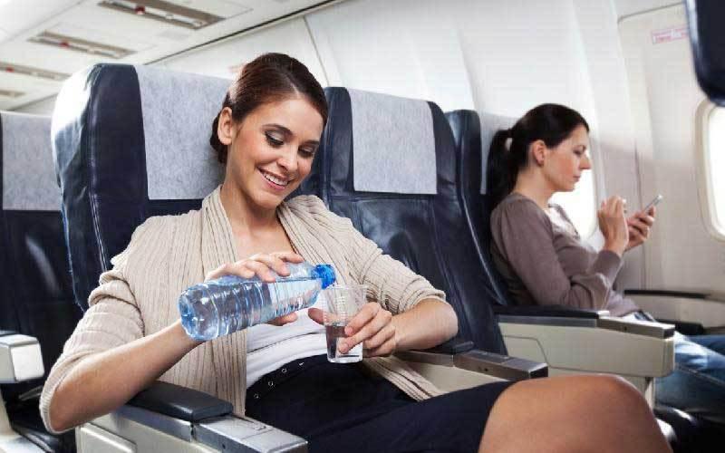 Tips Tingkatkan Cairan Tubuh Buat Kamu yang Bepergian Naik Pesawat